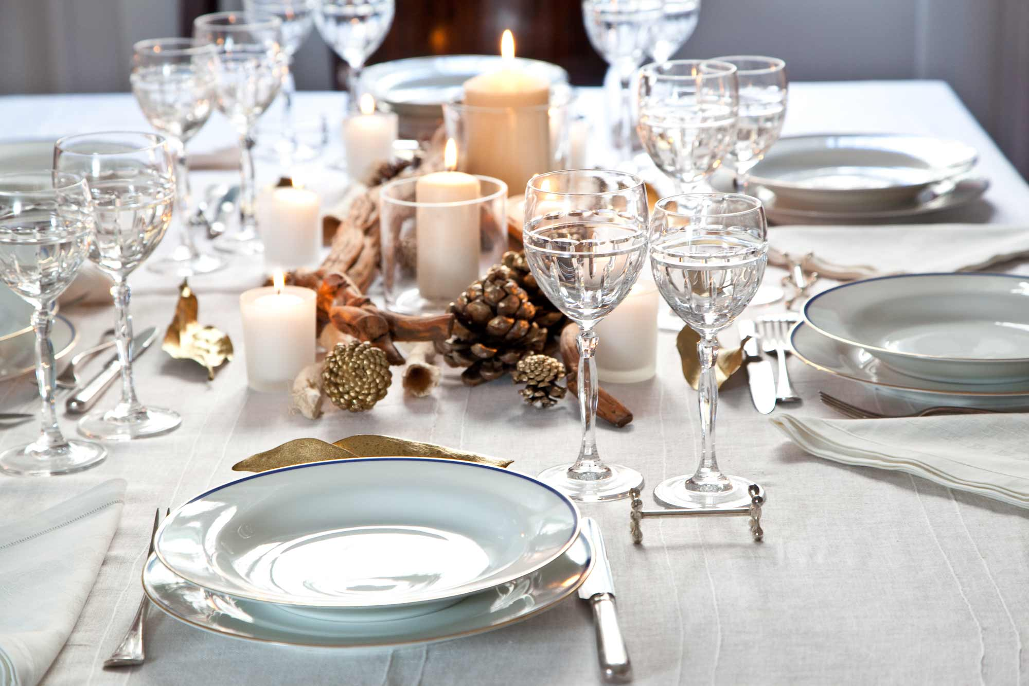 tavola-apparecchiata-natale-bianco-oro-candele