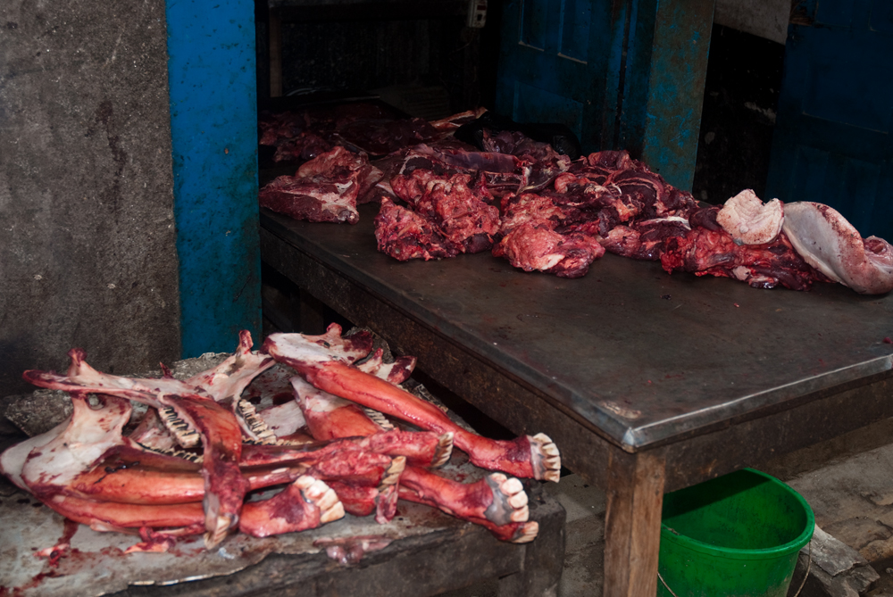 nepal-macellaio-carne-mercato-kathmandu