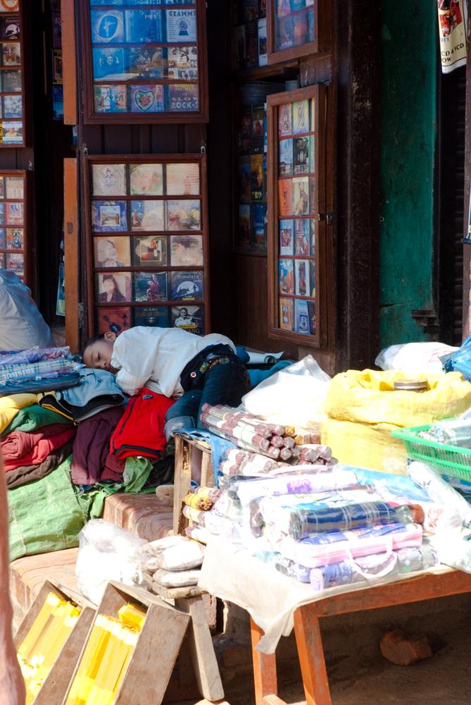 nepal-mercato-stupa-boudhanath-bambino