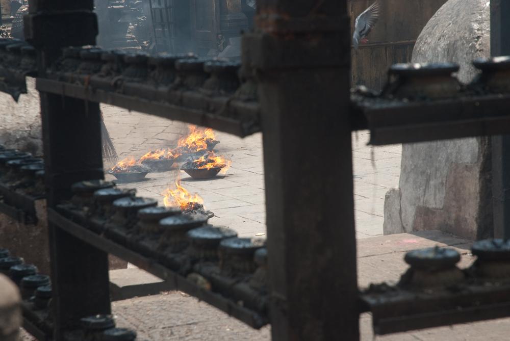 nepal-templi-candele-fuoco-kathmandu