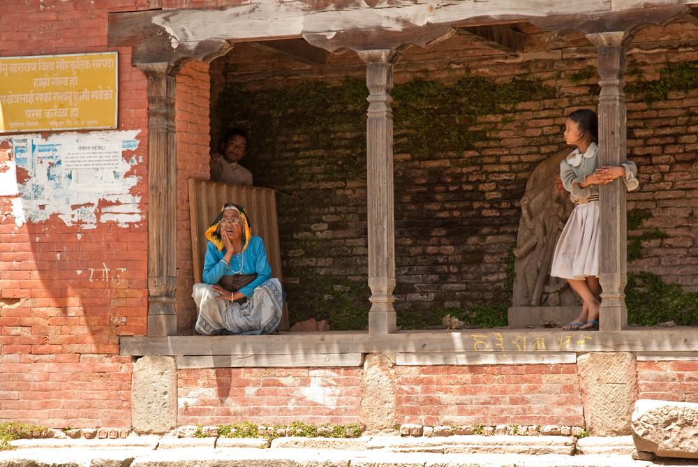nepal-templi-donna-bambina-patan