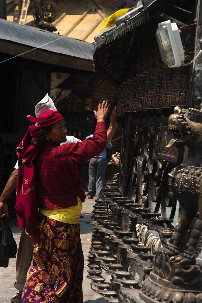 nepal-templi-preghiere-donna-tempiodorato-lalitpur
