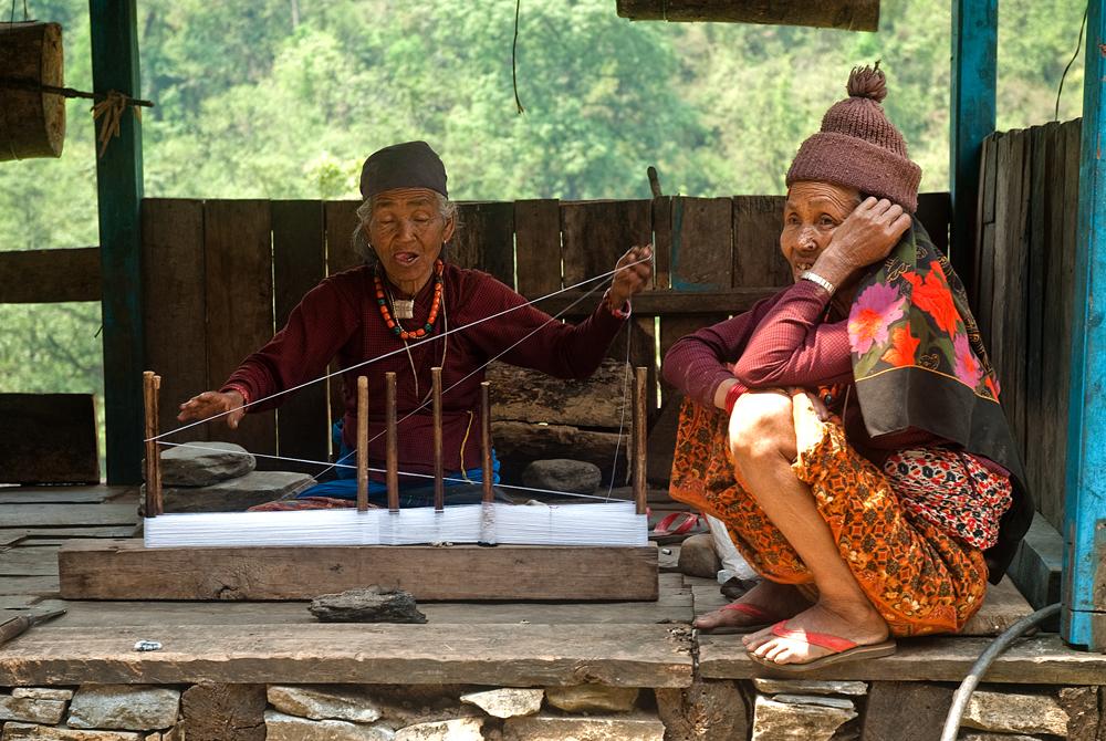 nepal-trekking-annapurna-nepalesi-tessitura-telaio