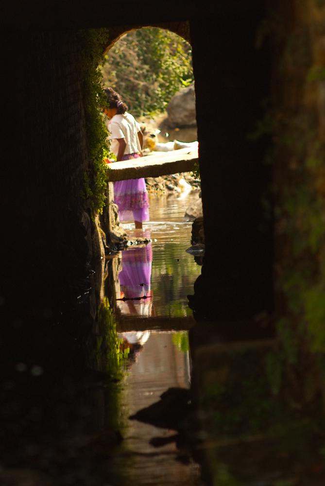 nepal-villaggio-fiume-donna
